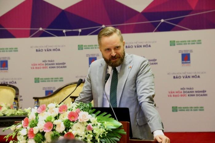 Ông Johan Alvin, Bí thư thứ 2 - Trưởng Ban thương mại Đại sứ quán Thủy Điển chia sẻ tại hội nghị