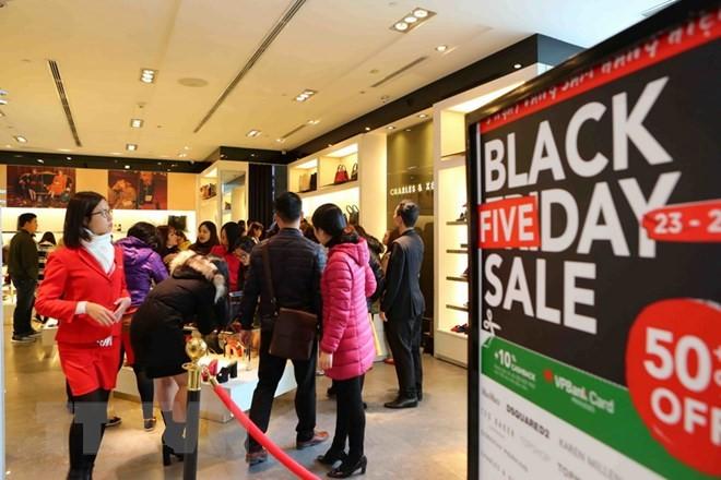 Black Friday người Việt tập trung tại các cửa hàng, các trung tâm thương mại, những nơi giảm giá sâu để chắc chắn có được món hàng mong muốn.