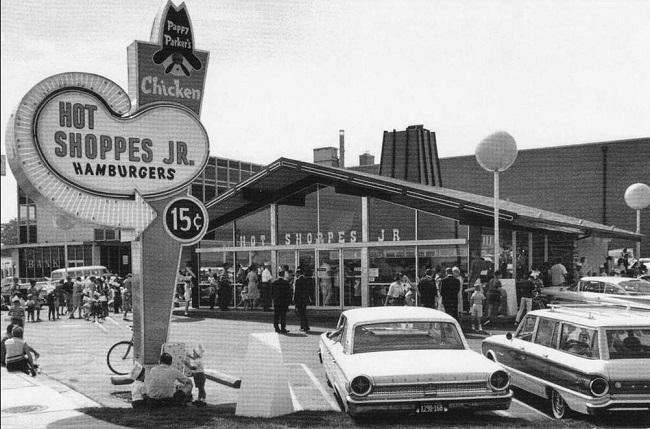 Nhà hàng mang tên Hot Shoppes của John Marriott chuyên phục vụ bia và đồ ăn nhanh