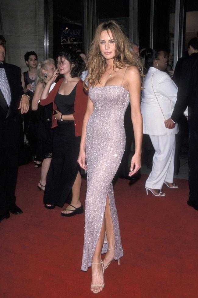 Trước khi trở thành phu nhân Tổng thống, Melania theo đuổi gu thời trang quyến rũ với những chiếc đầm bó sát tôn đường cong cơ thể và những đường xẻ táo bạo.