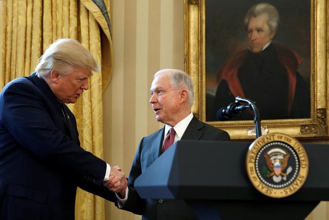 Chúc mừng Jeff Sessions tuyên thệ lên chức cũng là Trump, mà sa thải Sessions cũng là Trump