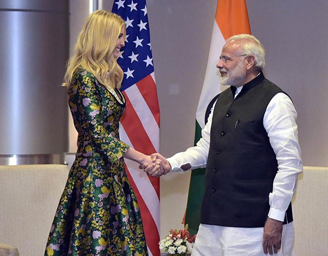 Trong cuộc gặp gỡ bộ trưởng Ấn Độ, Narendra Modi, Ivanka diện đầm in hoa xanh vàng quý phái và thanh lịch bằng chất liệu gấm cao cấp