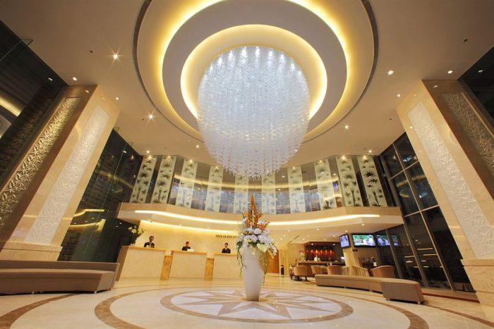 Sảnh khách sạn thường lựa chọn những màu sắc ấm nóng chủ đạo