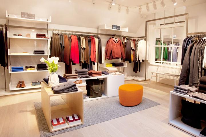 Sắp xếp quần áo thật gọn gàng và bắt mắt để không gây nhàm chán cho khách hàng