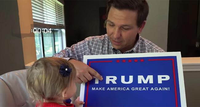 """Ron DeSantis dạy con đọc câu khẩu hiệu: """"Làm nước Mỹ vĩ đại trở lại"""" của Donald Trump"""