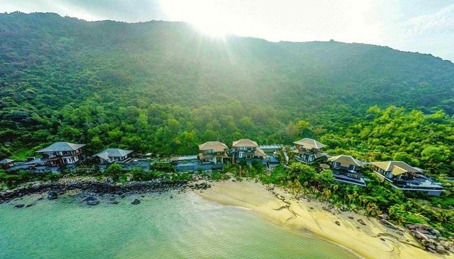 Toàn cảnh khu nghỉ dưỡng Intercontinental Danang Sun Peninsula Resort nằm trên một vịnh biển tách biệt