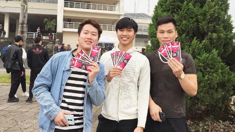 3 bạn nam vui vẻ sau khi mua được rất nhiều vé cho bạn bè người thân