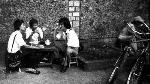 Cảnh những người đàn ông tụ tập uống cà phê thời xưa