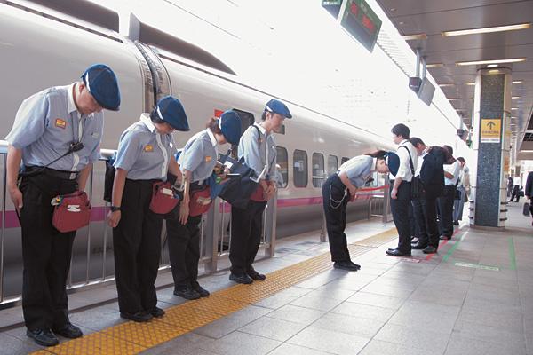Đi các chuyến tàu Shinkansen; bạn sẽ bắt gặp hình ảnh các nhân viên phục vụ cúi chào tại các ga tàu
