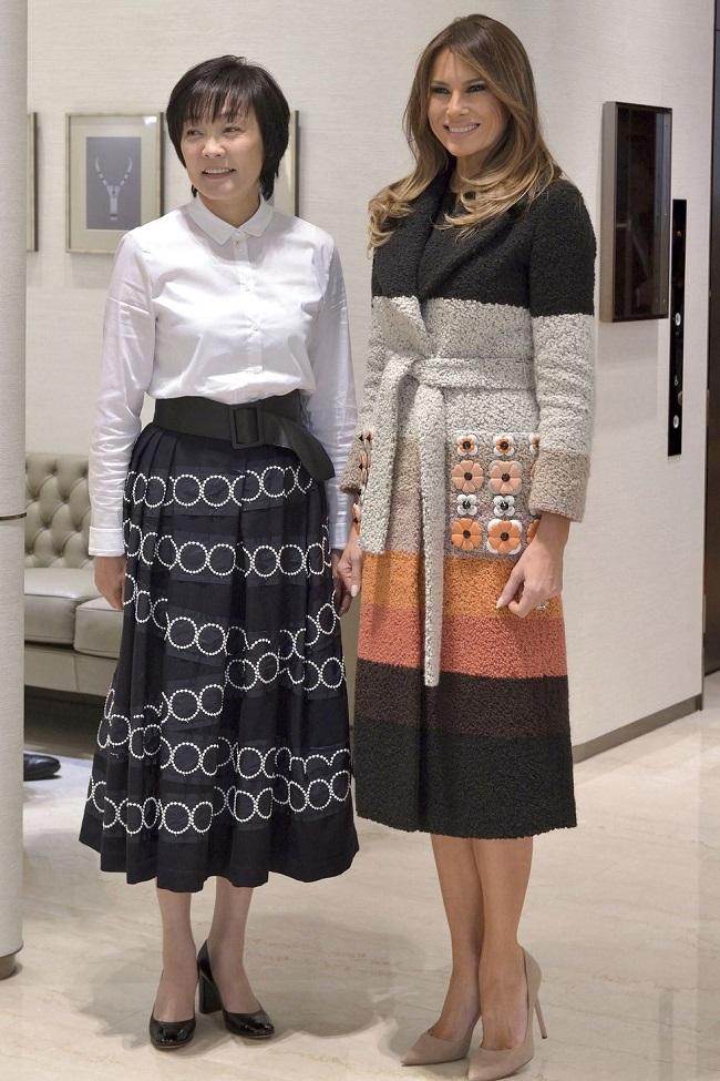 Thời trang của Melania cũng lựa chọn theo văn hóa khi trong chuyến công du đến Nhật Bản, Phu nhân Tổng thống đã mặc áo khoác dạ thanh lịch với nhiều tầng màu. Trông rất hợp với văn hóa Nhật Bản.