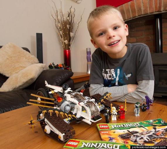 Cậu bé Luka Apps 7 tuổi với những món đồ chơi Lego ưa thích