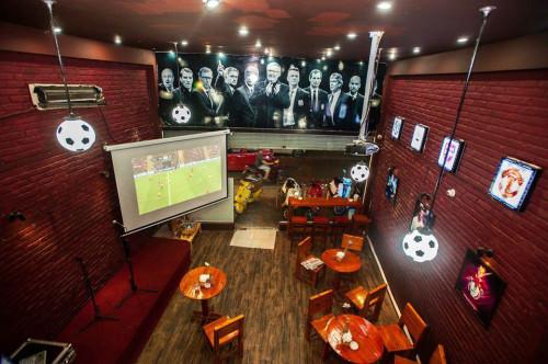 Decor của một quán cà phê bóng đá