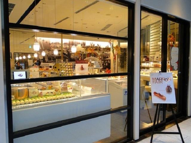 Một trong những loại tủ thường được sử dụng để trưng bày bánh kem