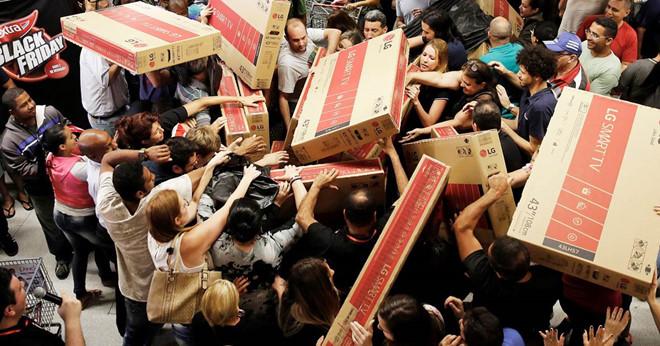 Cảnh tranh nhau mua ti vi tại Black Friday