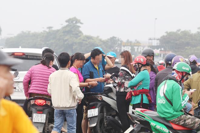 """Cảnh tượng """"phe vé"""" đang gạ gẫm người dân mua vé tại SVĐ Mỹ Đình"""