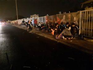 Rất nhiều người dân đã đến chờ từ đêm hôm trước dưới thời tiết mưa lạnh