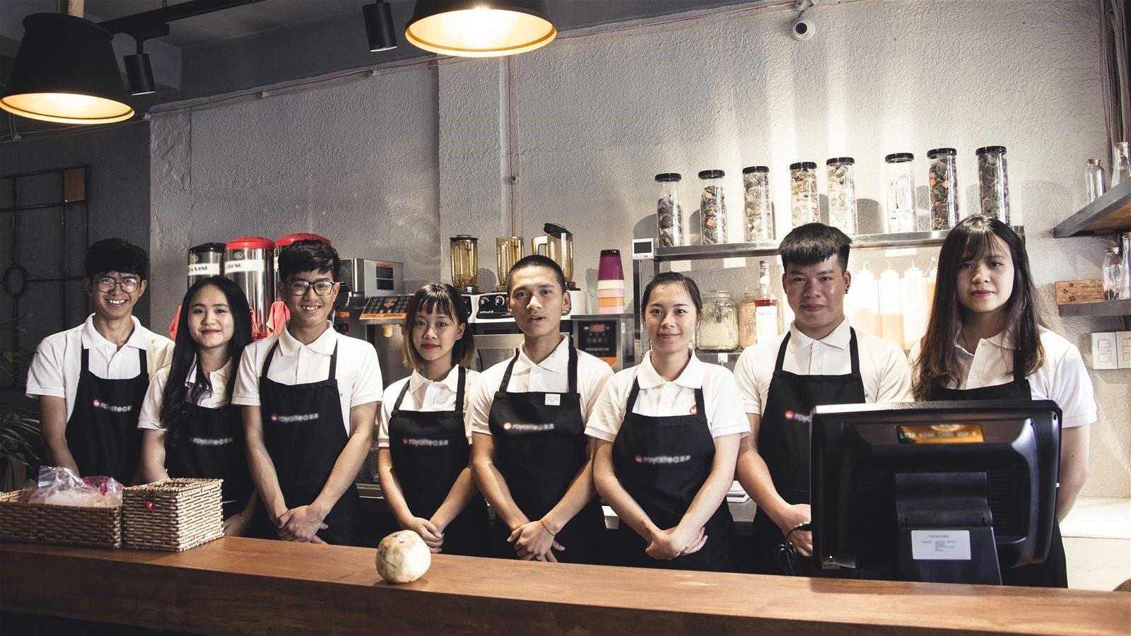 Nhân viên phục vụ trong quán trà sữa