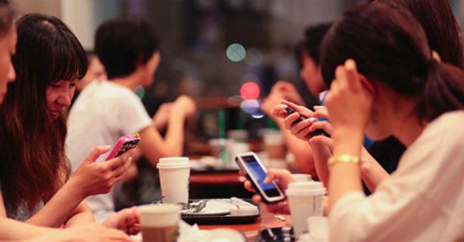 """""""Mỗi người một điện thoại"""" - phong cách đi cà phê thời nay"""